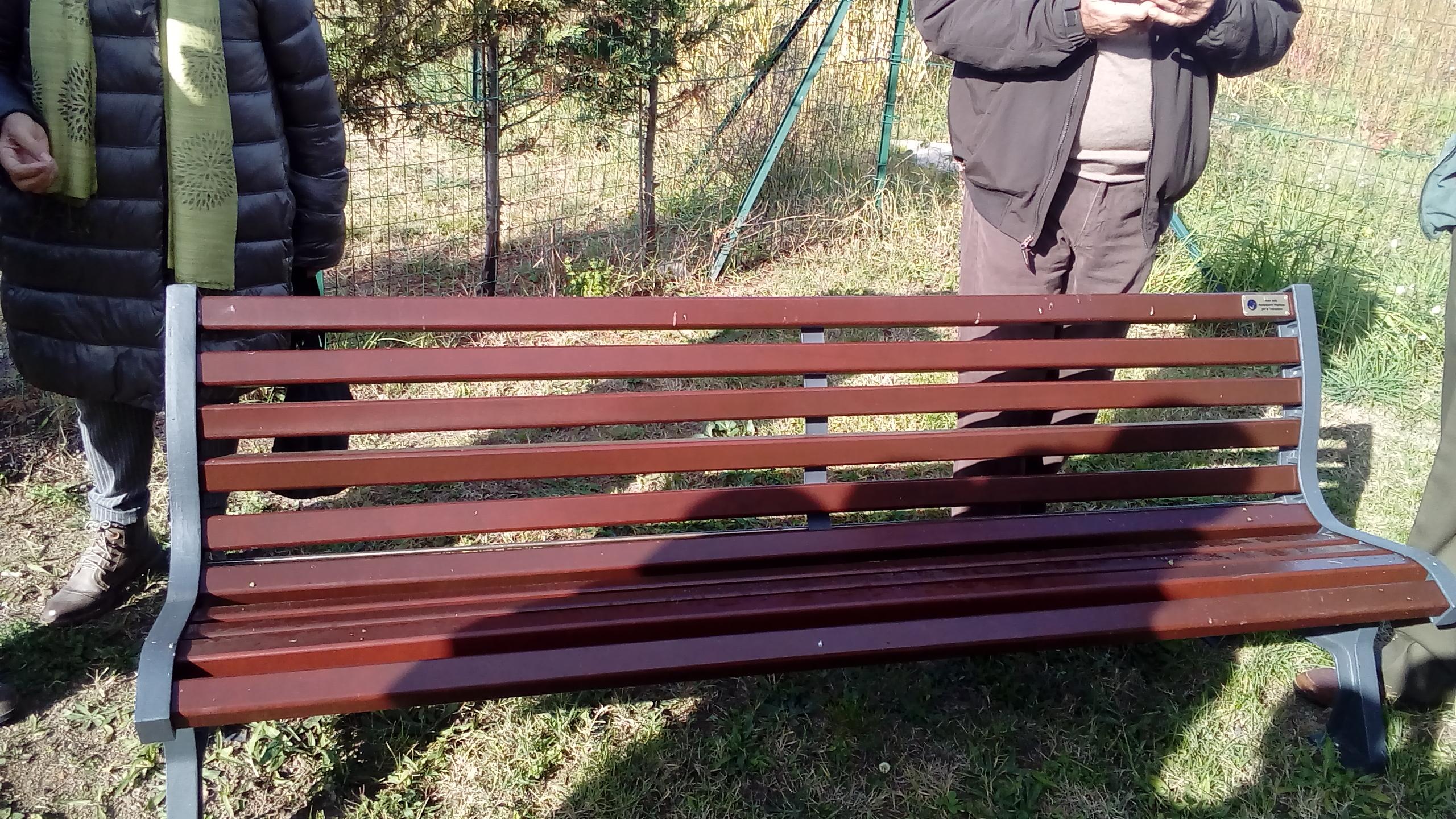 """Donata una panchina per il """"giardino della Memoria"""""""